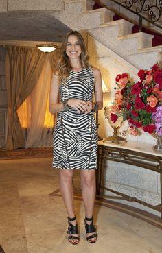O look das atrizes de Guerra dos Sexos | Luana Piovani de vestido Fillity e sandálias Calvin Klein | Foto: Juliana Coutinho