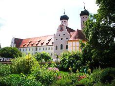 Außen und innen wunderschön, die Klosterkirche, die Basilika Benediktbeuern in Bayern, hier 2012 fotografiert.  Wer ein bisschen Zeit mitbringt, schaut die Kirche an und spaziert durch die Gärten. Abschalten, entschleunigen.