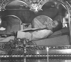 Even though this looks a great deal like Abraham Lincoln,this body belongs to St. Jean Baptiste Marie Vianney (1786-1859)  President Lincoln was wearing a dark suit and his coffin was made of wood,whereas St. Jean is dressed in a clerical robe. His corpse is considered incorruptible.