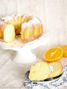 Einfacher Orangenkuchen Zutaten: 200 g weiche Butter 350 g Mehl 2 TL Backpulver 250 g Zucker 4 Eier 150 ml Buttermilch Saft einer halben Orange Für den Sirup Saft von 2 Orangen 75 g Puderzucker