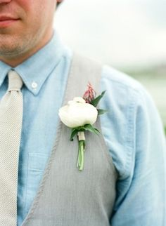 Simple boutonniere with simple stem wrap. Perfect for a vintage or rustic wedding. Photo: Alea Lovely Fine Art Photography