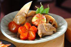 『お煮しめ』は根菜を中心とした野菜などを一緒に煮る事で家族が仲良くいっしょに結ばれるという意味があります。 鶏もも肉を炒め、表面に薄く焼き色がついたら里芋、ゴボウ、ニンジンなどの野菜を加えて炒め、調味料やだし汁を加えて煮込んでいきます。材料を一緒に炊き上げる事で時間も手間も短縮できる簡単レシピ!