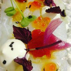 Carpaccio di baccalà con chutney di pomodoro, uova di salmone fresche, panna acida, petali di cipolla rossa, germoglie e riduzione salsa di soia