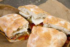 In Sicilia il panino con la parmigiana è un grande classico. Abbiamo voluto provare il sandwich parmigiana style unendo tutti i sapori tipici nel pane.