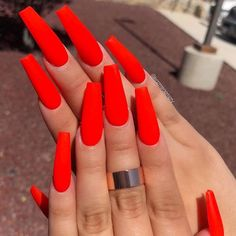 Red nails are always popular in the nail fashion world. Red nails are so stylish and so hot in any season, and they are so easy to match any outfits. Bright Summer Acrylic Nails, Red Acrylic Nails, Bright Nails Neon, Multicolored Nails, Summer Nails, Coffin Nails Long, Long Nails, Uñas Color Neon, Red Color