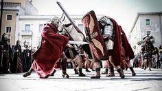 I legionari della XIII Gemina Ariminum omaggiano Giulio Cesare a Rimini