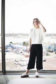 Black cropped pants with a white tee - Trendgloss - Fashionchick