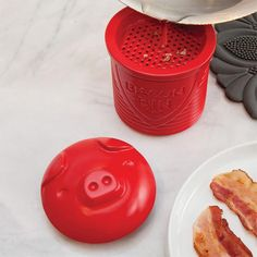 Easy ways to store and keep bacon grease! Cute Kitchen, Kitchen Dining, Kitchen Stuff, Kitchen Gadgets, Salad Toppings, Neutral Kitchen, This Little Piggy, Custom Closets, Bacon Bits
