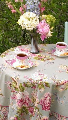 Tea in the garden! Looks like a lovely sheet for a tablecloth--so pretty! Rose Tea, Rose Cottage, Cottage Style, My Cup Of Tea, English Roses, Decoration Table, Vintage Tea, High Tea, Afternoon Tea