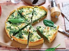 Make ahead of time, if you can resist not eating it straight away. This quiche recipe incorporates Mediterranean tastes of red pepper, olives and feta. Receita Bolo Low Carb, Tasty Vegetarian Recipes, Healthy Recipes, Quiche Ricotta, Cetogenic Diet, Homemade Pastries, Spinach And Feta, Quiche Recipes, Carne