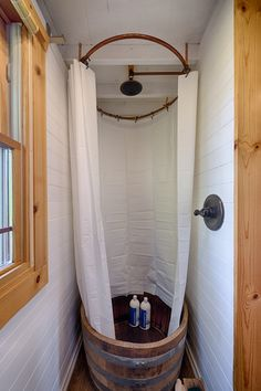 Une douche dans un baquet en bois.