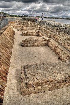 Embalse romano de Proserpina.jpg es el embalse artificial de la época romana más grande conocido en el mundo mediterráneo. La presa cuenta con 425 metros de longitud y 21 metros de profundidad, y tiene caudal con una capacidad de alrededor de 4 hm³. El embalse de Proserpina, así como el de Cornalvo, forman parte de la denominación Conjunto arqueológico de Mérida, que fue declarado Patrimonio de la Humanidad en 1993 por la Unesco, con el número de identificación 664-014.
