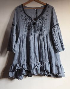 Romatic ruffles tunic in cotton. In dark grey. Good for jeans, leggins, long skirts, layered clothing. Boho and gipsy chic. Size EU (GB - US - Perfect condition. Lace Ruffle, Ruffles, Ruffle Blouse, Beautiful Outfits, Beautiful Clothes, Cotton Tunics, Crew Neck Shirt, Trending Outfits, Long Sleeve