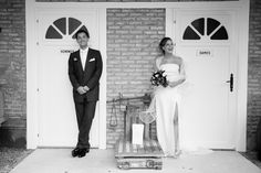 Dans nos mariées de cette semaine,  notre mariée porte une robe bustier accompagnée de son étole à volutes signée Suzanne Ermann. Suzanne-Ermann.com