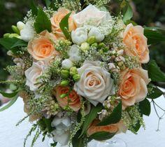 Jemně lososová svatební kytice