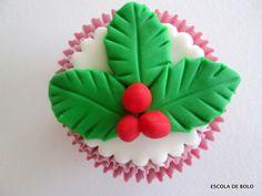 Para decorar bolos, cupcakes ou panetones, a hollyberry, conhecida aqui como azevinho, é fácil de fazer e tem a cara do Natal.Faça uma bola com uma porção pequena de pasta americana verde. Trabalhe um pouco a pasta antes para evitar rachaduras e marcas.