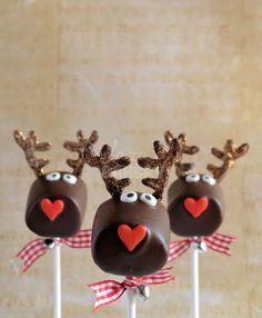 Marshmallows in chocolade en nog wat andere versiering is een rendier cakepop