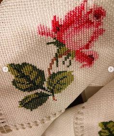 Güllü Büyük Masa Örtüsü Kanaviçe Şablon ~ Kumaş Kağıt Makas Vintage Roses, Leaf Tattoos, Cross Stitch Patterns, Embroidery, Crossstitch, Unique, Cute Cross Stitch, Cross Stitch Rose, Hand Towels
