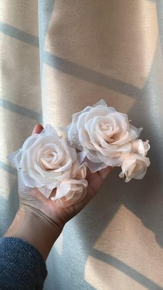 Fabric Flower Pins, Making Fabric Flowers, Fabric Flower Brooch, Flower Making, Brooches Handmade, Handmade Flowers, Diy Flowers, Vintage Brooches, Ribbon Crafts