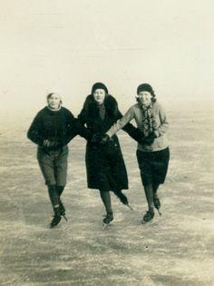 Schaatsende vrouwen in Burgum, 1931.