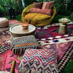 Garten mit Hippie-Look - Goose Wedding - Gypsy Decor, Bohemian Decor, Bohemian Porch, Bohemian Homes, Bohemian Room, Hippie Look, Terrazas Chill Out, Boho Bedding, Bohemian Interior