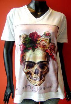 T Shirt Unissex em tecido flamê com estampa da Frida Kahlo Tamanhos: P, M, G e GG Medidas: P = largura 49 cm / comprimento 66 cm M = largura 51 cm / comprimento 68 cm G = largura 54 cm / comprimento 71 cm GG = largura 56 cm  / comprimento 73 cm R$ 44,90