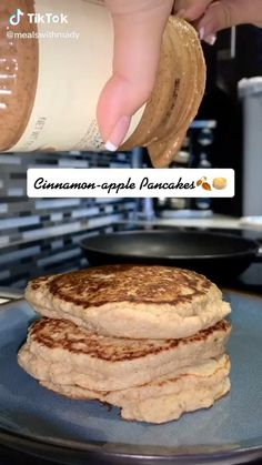 Cinnamon Recipes, Cinnamon Apples, Baking Recipes, Vegan Recipes, Dessert Recipes, Pancakes Recipe Video, Apple Pancake Recipe, Desserts To Make, Food To Make