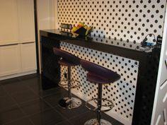 Wnętrza, BTSmeble.pl kuchnia biało-czarna - Fronty drewno buk lakierowany na biało, blat szyba lakierowana na czarno, stół i dodatki MDF lakierowany na czarno + brokat + połysk...