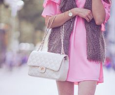 Pink dress by Zara, brown fake fur vest H&M, white Chanel lookalike bag from Italy, Skagen watch. The Fashion Rose. Das zweite Outfit meiner kleinen Serie! Diesmal etwas lässiger mit weißen Chucks ;-)  http://www.thefashionrose.com/2016/10/how-to-style-your-pink-summer-dress-for-fall-fake-fur-vest-white-converse-sneakers.html