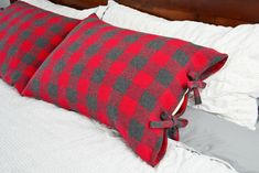 Rustic Pillow Case with Ties Tutorial Fall Sewing Projects, Sewing Projects For Beginners, Sewing Tutorials, Sewing Ideas, Sewing Patterns, Sewing Crafts, Serger Projects, Yarn Projects, Fabric Crafts