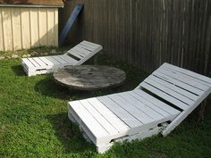 Make your own garden lounge chairs from free pallets. Simple design, functional and recycling all in one! More info and other projects can be found on shoestringpavilion.blogspot.com