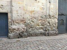 Iglesia de Sant Felip Neri  La leyenda aquí es que durante el siglo 20, los hoyos son de las ejecuciónes de un pelotón de fusilamiento. Pero, después de investigar,  es que no es la verdad y los hoyos son de una bomba.