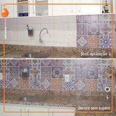 Olhem como ficou linda a cozinha de nossa cliente @cidaaraújo. Ela utilizou o Adesivo de Parede Ceramic Portugal para deixar sua cozinha renovada. Adoramos o resultado e vocês?  #decoracao #cozinha #clientes #adesivo #azulejo #doseujeito #eudecorosim #adsive #inspiracao