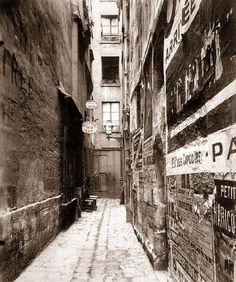 french alley with paper billboards Paris Vintage, Old Paris, Tour Eiffel, Antique Photos, Vintage Photos, Eugene Atget, Ile Saint Louis, Berenice Abbott, Saint Martin