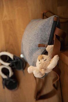 Crossbody Tasche: Handtasche aus österreichischem Loden (100% Merinowolle)und mit Details in farbigem Leder. Passend für Business und Freizeit. Passend zum modernen Outfit und zu Tracht und Dirndl. Auch als Kindertasche. Handbag made from Austrian loden, 100% merinowool, details from leather. Bag, Crossbody Bag, suitable for business and leisure. Fitting for modern outfit and traditional clothes like Dirndl. Bag for children. #crossbodybag #shoulderbag #sustainablefashion Moderne Outfits, Clutch, Babys, Christmas Gifts, Gift Ideas, Gifts For Women, Baby Favors, Dyeing Yarn, Monogram