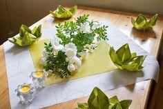 Kesäjuhlan kukkakoristeet ja lautasliinat