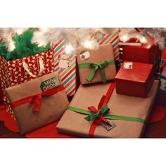 Christmas-presents ❤ liked on Polyvore featuring pictures, christmas, winter, backgrounds, photos and fillers