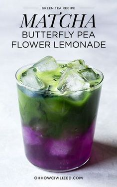 A pretty, color-changing layered iced matcha green tea lemonade made with butterfly pea flowers that turns the drink from blue to purple. Yummy Drinks, Healthy Drinks, Healthy Food, Easy Lemonade Recipe, Matcha Lemonade Recipe, Butterfly Pea Flower Tea, Smoothies, Matcha Drink, Green Tea Recipes