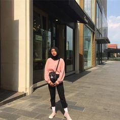 Pinky 🌸 Casual Hijab Outfit, Ootd Hijab, Hijab Chic, Trendy Outfits, Fashion Outfits, Modern Hijab, Hijab Fashionista, Hijab Fashion Inspiration, How To Pose