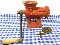 *alte Metzgereiausstattung - ideal für die Hausschlachtung*   Gusseisen und Eisen, Holzgriff, Farbbeschichtung.  Zusätzlich: feinere Siebscheibe und ein Ersatzmesser  Der alte Stahl ist noch...