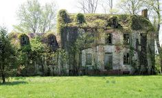 Interesting abandoned old southern mansion