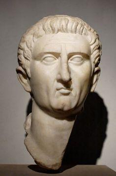 Nerva. A la muerte de Domiciano Nerva acepta ser nombrado emperador tras ser aclamado popularmente, dando comienzo a la dinastía de los Antoninos.