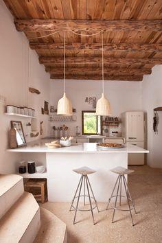 Una #cocina muy especial en la que combinan muebles blancos con techo de…