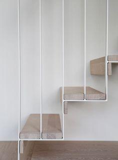Escaliers aériens chêne blanchi et metal filaire blanc Nyfelt og Strand Interiørarkitekter, enebolig Tønsberg, spesialinnredning, trapp…