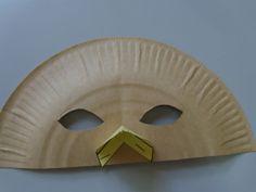 """Les enfants ayant particulièrement apprécié la pièce """"volière"""" du Carnaval des Animaux, je leur ai proposé la réalisation de masques d'oiseaux. Le masque est composé d'une moitié d'assiette en carton sur laquelle on agrafe un triangle équilatéral de 7..."""