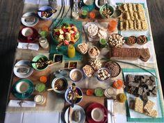 CEREALES: Frutas fileteadas;  galletitas de arroz; cereales: almohadas de avena, tutucas, copos azucarados, all bran, cereales de nuez, semillas, pasas, almendras, nueces. Turrón de arroz, barras de pochoclos, de cereales con chocolate; pan multicereal, mermeladas; leche de almendras, jugo de espinaca y kiwi, jugo de zanahoria, jugo de naranja, jugo de maracuyá