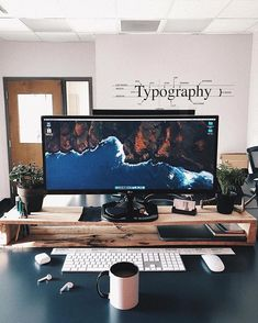 Wouldnt mind a Sunday setup like this. Workspace by @pete__rodriguez