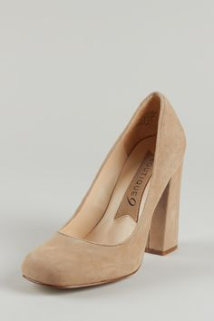 These pumps are the perfect finish for so many looks! So Classic / Neutral~