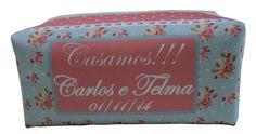Necessaire florida personalizada para casamento. Esta lembrancinha é embalada em saquinho tipo celofane com lacinho e tag personalizada. www.lembrancasartminas.com.br