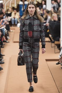 See the complete Tod's Fall 2016 Ready-to-Wear collection.